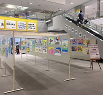 下山小学校1年生による「未来の空港」「夢の空港」絵画展開催中♪